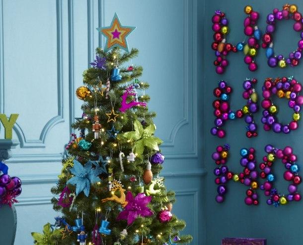 Weihnachtsbaum bunt geschmuckt
